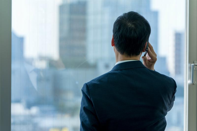 オフィスで電話をしているビジネスマン