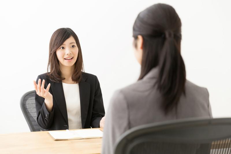 話をする女性エージェント
