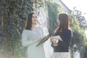 親しげに話す日本人女性と外国人女性