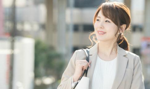 若い女性の通勤風景