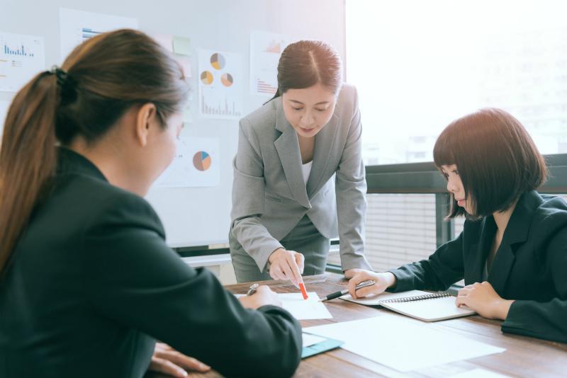会議中の三人の女性