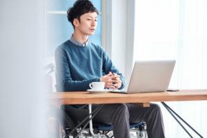 パソコンで作業をしている若い男性