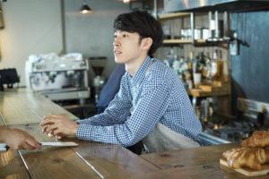 カフェで働く若い男性