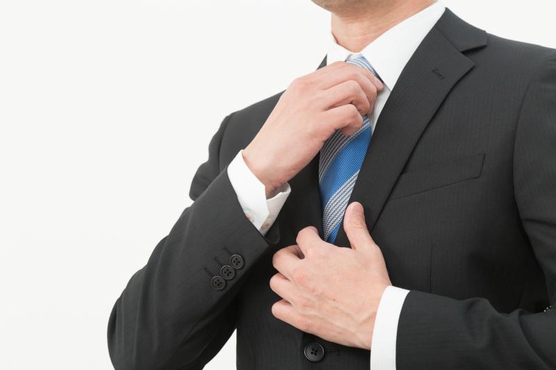 ネクタイを締める若い男性
