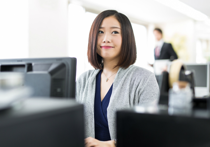 オフィスで働いている若い女性