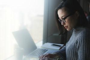ノートPCで作業をしている若い女性