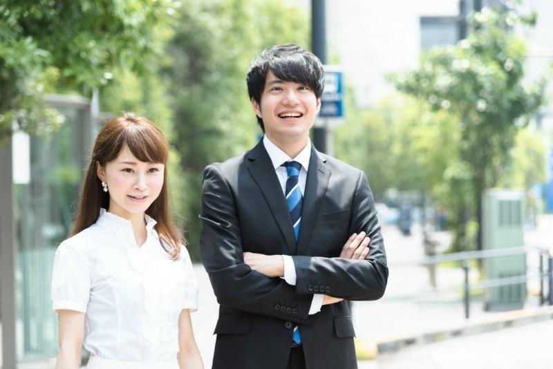 49-i【アイキャッチ】フレッシュな会社員の男性と女性