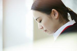 うつむいている女性の横顔