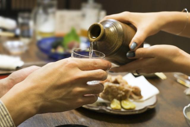 日本酒を御酌する女性