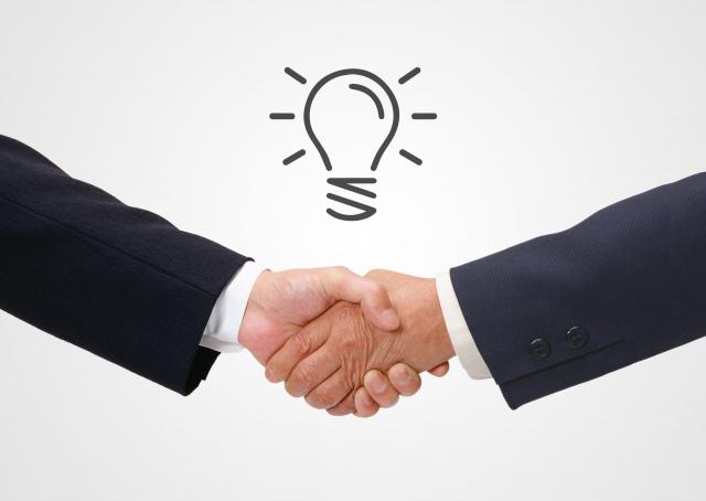 WILL株式会社の握手するビジネスマン