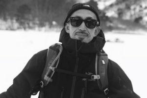 青山清利が白黒写真で記念撮影