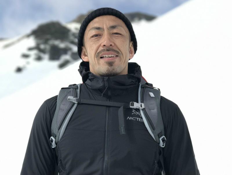 青山清利が雪山で帽子を被った記念写真